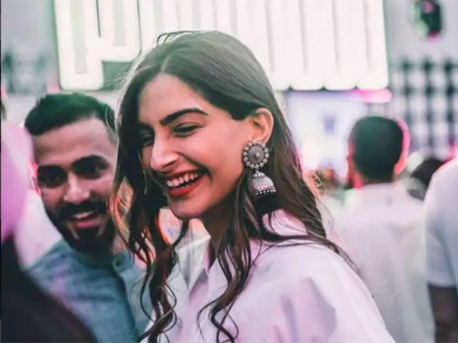 sonam-kapoor-anand-ahuja-go-green-opt-for-an-elegant-e-card-for-their-big-fat-wedding
